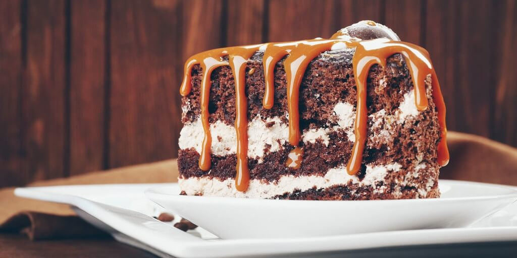 chocolate-cake-with-caramel-sauce